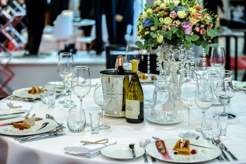 Nowoczesne, czy klasyczne dekoracje szklane na weselu? Co wybrać?