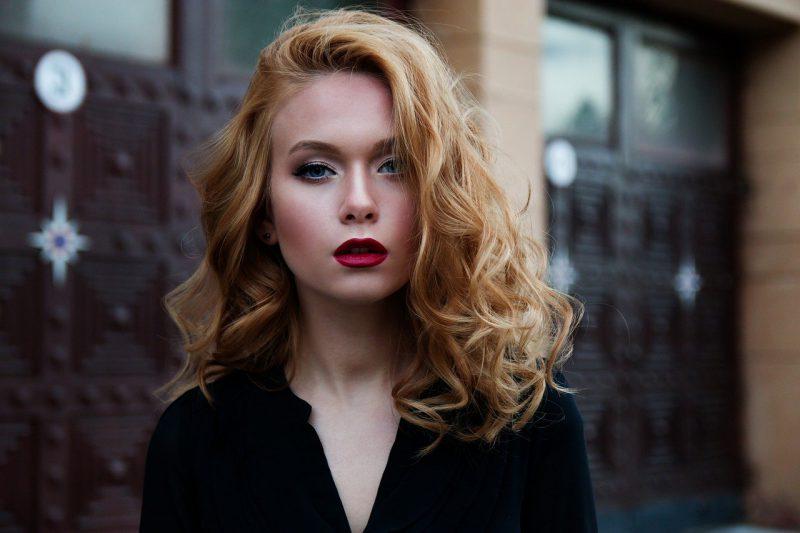 Ciekawe trendy w makijażu – co będzie modne w nadchodzącym sezonie?